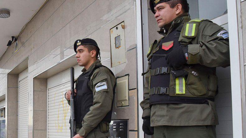 Gendarmería custodia uno de los lugares que ayer estaba siendo allanado.