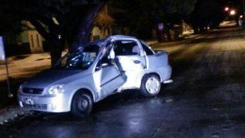 El auto que conducía el chico de 17 años impactó de manera violenta y de costado contra una columna de alumbrado público.
