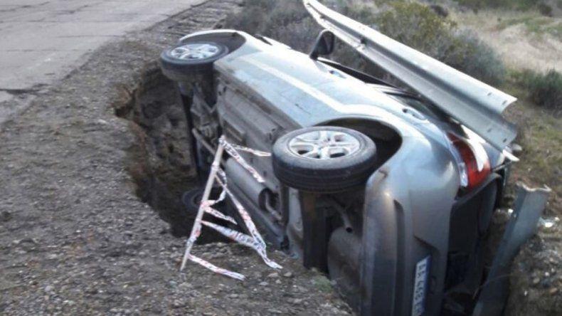 El auto quedó atrapado y seriamente dañado en profunda zanja de La Calera que constantemente se va agigantando por las lluvias