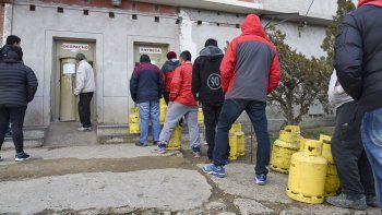 Con el reinicio de las ventas de garrafas, ayer los vecinos de los barrios sin red de gas se volcaron a comprar gas licuado.