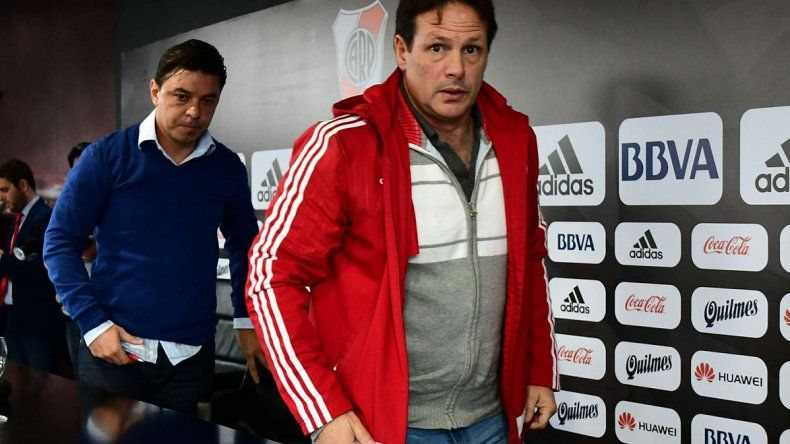 Marcelo Gallardo y el médico Pedro Hansing a la salida de la rueda de prensa