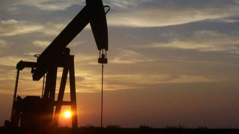 Caída del precio del crudo y la liquidez mundial impulsan el endeudamiento