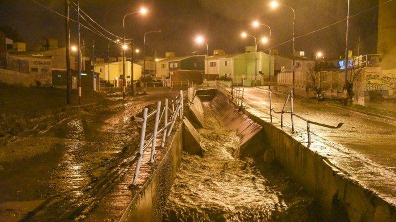 Cortes preventivos en cruces del canal pluvial