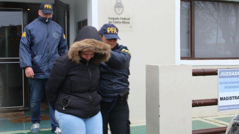 Momentos en que la Policía Federal traslada a la dueña del local