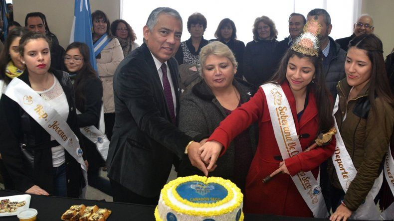 El tradicional corte de la torta de cumpleaños fue realizado por el comisionado Soloaga