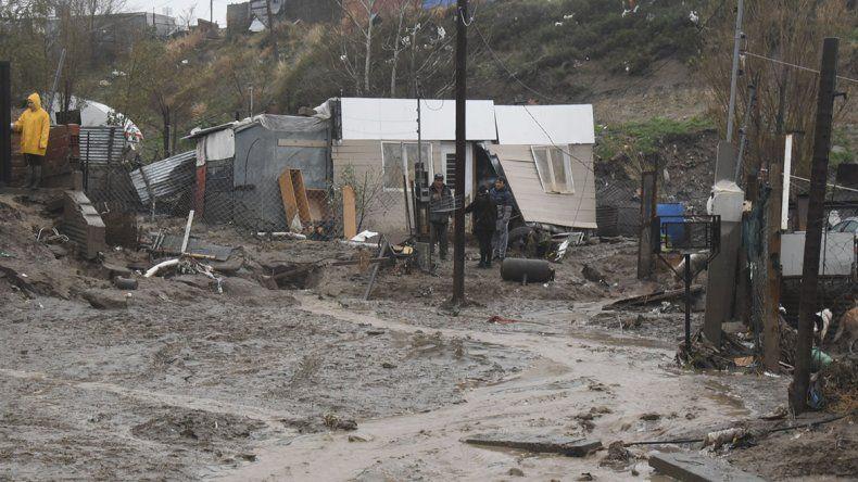 La corriente de agua que bajó desde el cerro destruyó una casa y ocasionó graves daños en otras seis viviendas de la zona Eva Perón