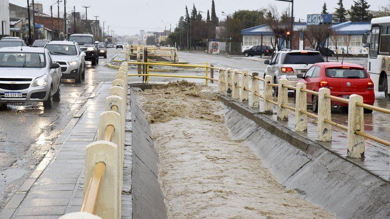 El canal evacuador de la avenida Roca al máximo de su capacidad durante la tarde del lunes cuando la lluvia seguía castigando a Comodoro Rivadavia.