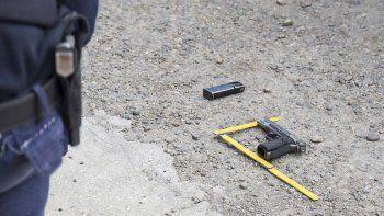 La pistola Browning 9 milímetros que llevaba Cristian Paredes y que se presume fue robada a un policía. Tenía 8 balas en el cargador.