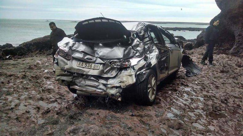 El auto sustraído en una calle céntrica de Puerto Deseado fue hallado seriamente dañado en la zona de acantilados conocida como Cueva de los leones