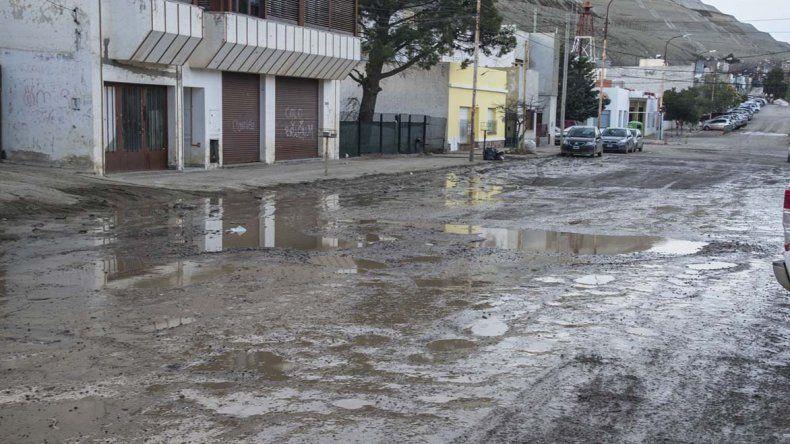 Las secuelas del desastre persisten en la ciudad. Por ejemplo así está hoy la calle Huergo