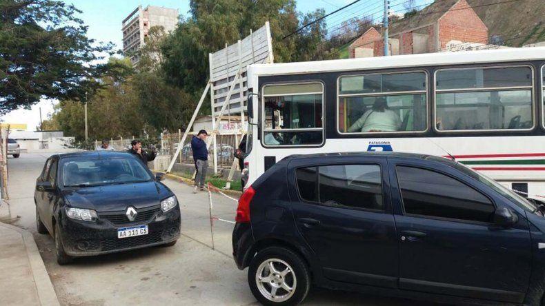 Un hombre murió en la puerta del hospital al que no pudo acceder porque autos estacionados le obstruían el paso.