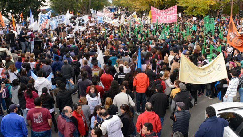 Santa Cruz recibió el dinero de Nación pero los docentes siguen de paro