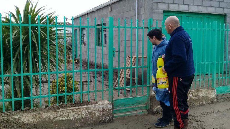 Los funcionarios provinciales realizaron un relevamiento de familias afectadas por las inundaciones en el barrio Perito Moreno.