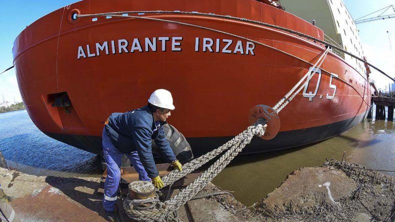 El Rompehielos ARA Almirante Irízar zarpó ayer desde el astillero estatal Tandanor.