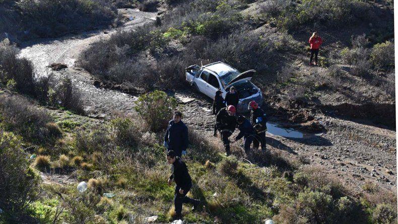 La camioneta cayó por el barranco con paredes en plano inclinado. Afortunadamente sus ocupantes acusaron golpes leves.