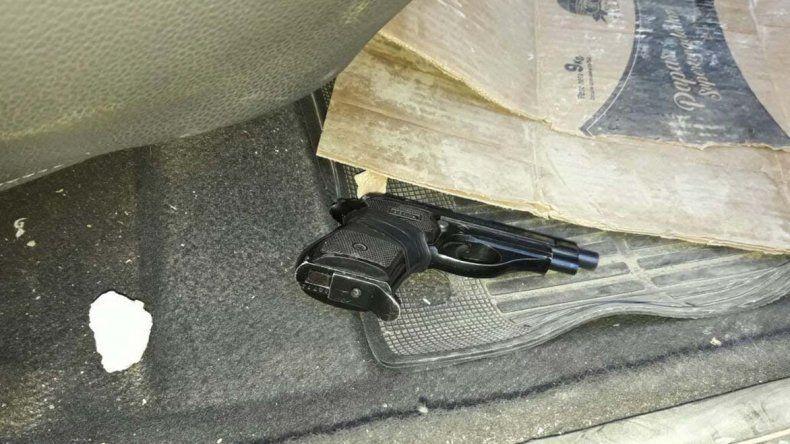 El arma de fuego en el interior del Volkswagen Gol Trend secuestrado.
