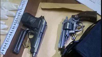 La Policía de la Seccional Quinta secuestró dos armas de fuego en el interior del Volkswagen Gol Trend, municiones de 38 y 9 milímetros y lo que más llamó la atención, guantes de látex.