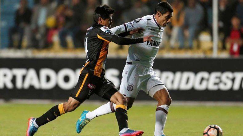 José Sand intenta un ataque en el partido que se jugó anoche en La Paz.