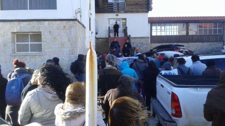 El acto en apoyo a Carlos Magno que se realizó el jueves frente al edificio de la Justicia Federal de Comodoro Rivadavia.