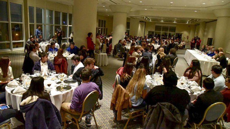 La cena-debate se realizó en un conocido hotel céntrico de Comodoro Rivadavia.