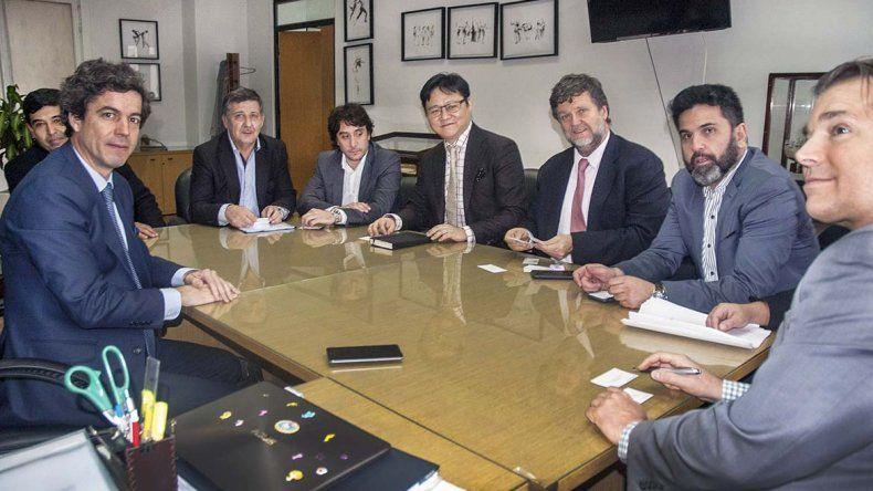 Funcionarios provinciales encabezados por el ministro Coordinador Alberto Gilardino se reunieron en Buenos Aires con el empresario chino Wayne Mo.