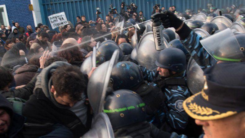 Desalojo de los trabajadores de Pepsico por parte de la fuerza policial.