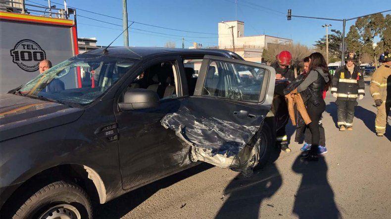 La Ford Ranger en la que se desplazaban cuatro personas recibió el impacto sobre su puerta trasera izquierda.