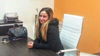 La comisionada de fomento, Mónica Sánchez, muestra uno de los despachos institucionales recientemente remodelados.