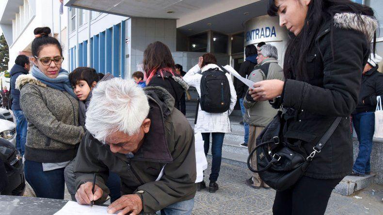 Vecinos autoconvocados se reunieron ayer en las puertas de la SCPL para reclamar por los servicios y el tarifazo.