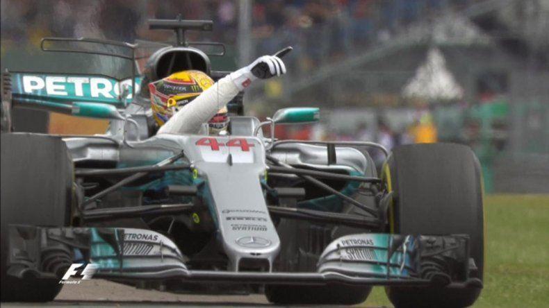 Lewis Hamilton festeja su triunfo ayer en Silverstone para quedar muy cerca de la punta del campeonato mundial de Fórmula 1.