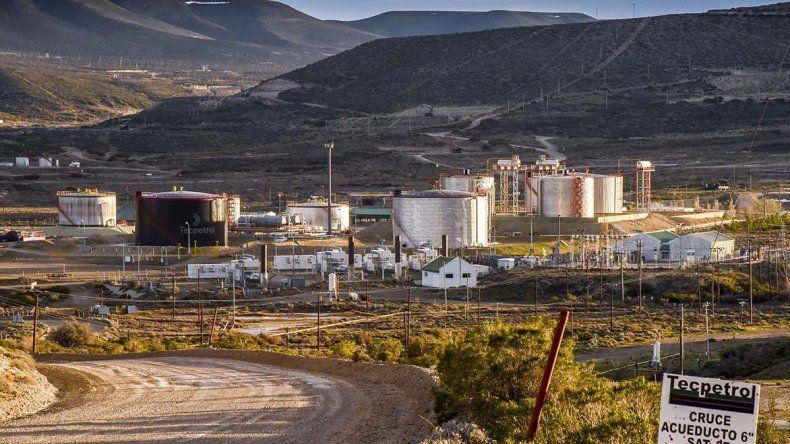 Tecpetrol pone como condición despedir obreros petroleros para reactivar el yacimiento.