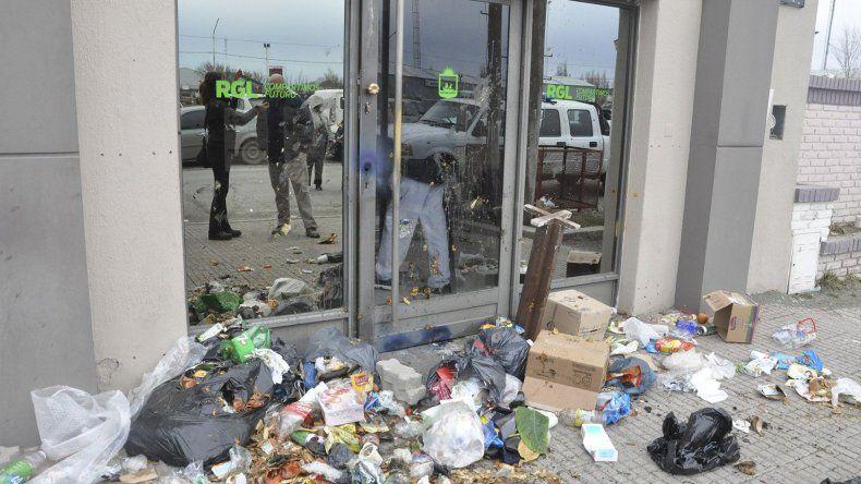 Además de arrojar residuos en el frente de la Secretaría de Desarrollo