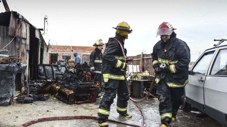 Una familia con cuatro niños se quedó con lo puesto al incendiarse su casa