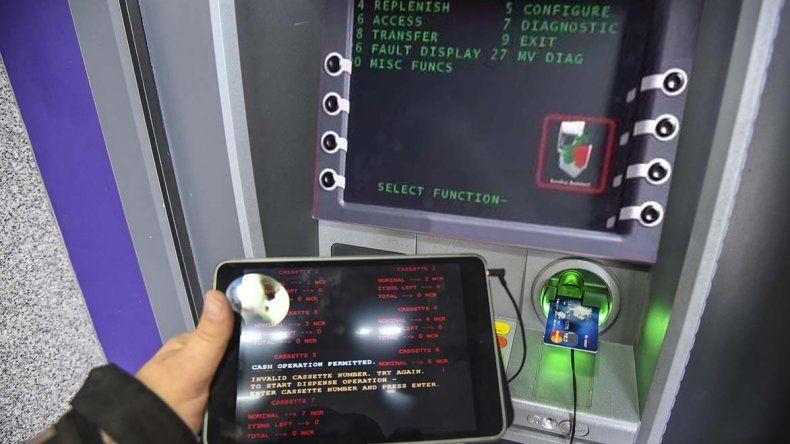 En este cajero del Banco del Chubut que se encuentra en el Hospital Regional los colombianos fueron sorprendidos intentando extraer dinero con tarjetas clonadas.