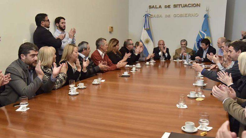 El gobernador encabezó ayer la firma de adjudicación de obras para la ampliación de una escuela en Puerto Madryn y otra en Esquel.