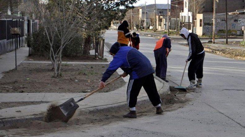 El operativo de saneamiento de calles y otros espacios públicos del barrio 17 de Octubre se extenderá al menos hasta el fin de semana.