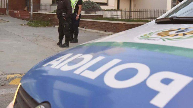 Detienen a dos jóvenes por el robo de una  camioneta que estrellaron contra un auto