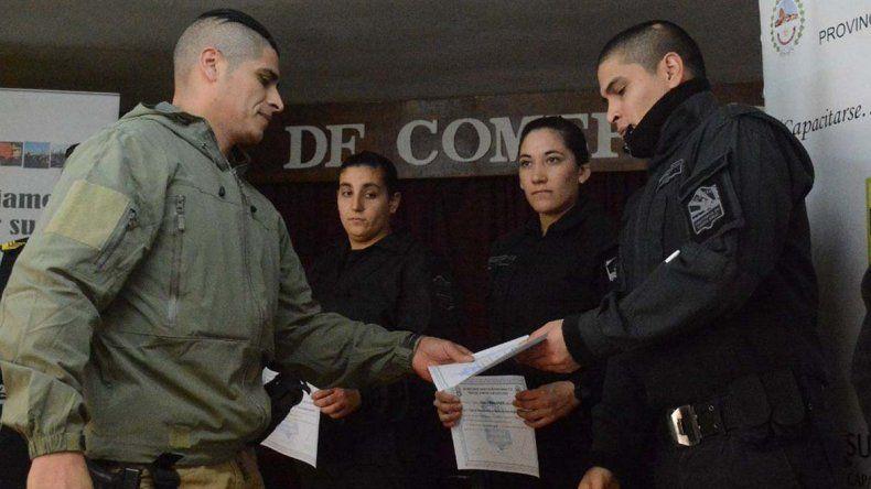 Fabián Muñoz –izquierda- instructor de la Dirección de Capacitación de la fuerza de seguridad