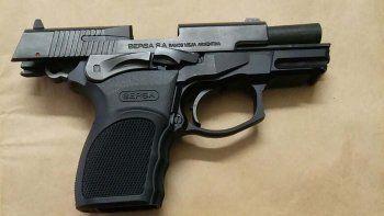 El arma y los proyectiles incautados.