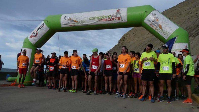 Los atletas preparados para dar comienzo a la corrida Día del Amigo.