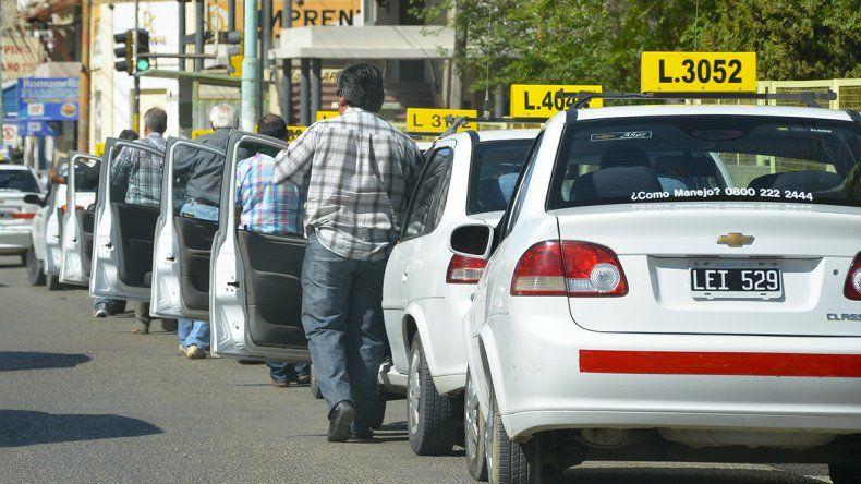 Taxistas exigen aumento en su servicio
