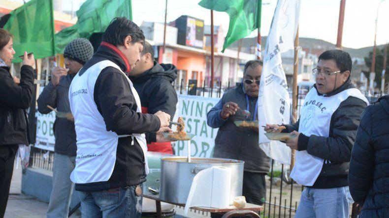 El gremio docente se hizo cargo de la olla popular ofreciendo como menú un guiso de arroz.