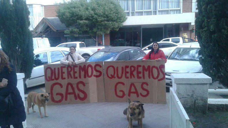 Vecinos de Kilómetro 14 se manifestaron frente a la Municipalidad para reclamar por la concreción de la obra de gas para el barrio.