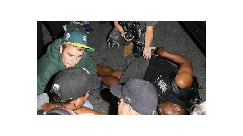 Justin Bieber chocó un fotógrafo a la salida de una iglesia