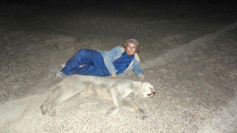 Fotos de precandidata de Cambiemos con un puma recién cazado generan repudio