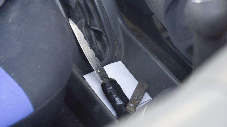 La policía aguardaba anoche efectuar una requisa en la Ford EcoSport para secuestrar varios cuchillos que se observaban en el interior.