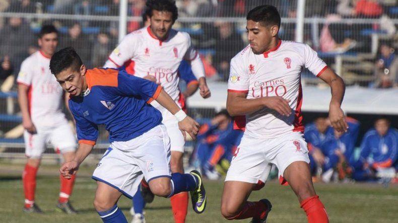 Matías Vargas intentando un ataque azzurro en el empate sin goles con Huracán.