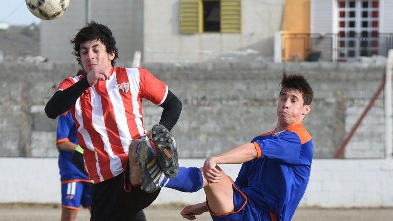 Un partido sin emociones y poco fútbol se vivió en cancha de Deportivo Roca.