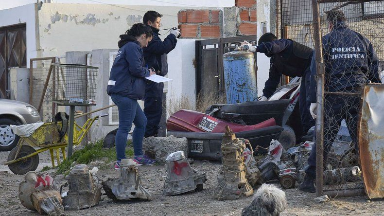 Uno de los allanamientos desarrollados ayer por la Policía del Chubut en los desarmaderos.