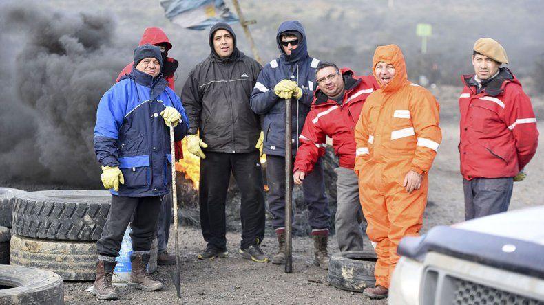 Los operarios petroleros mantiene una vigilia en El Tordillo.